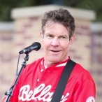 Dennis Quaid sings
