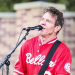 Dennis Quaid sings to the crowd