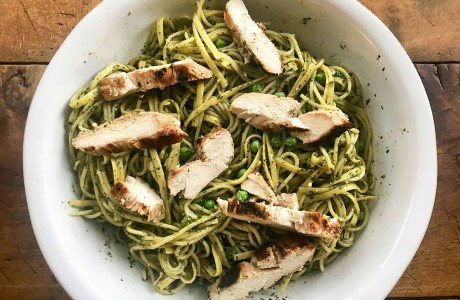 Pasta with pesto, peas and chicken